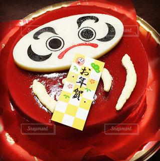 皿に赤と白のケーキ(新年、年賀だるまの写真・画像素材[1008594]