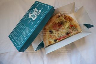 おしゃれなテイクアウトのピザの写真・画像素材[1153044]