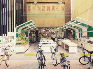 建物の前に停まっている自転車の写真・画像素材[747538]