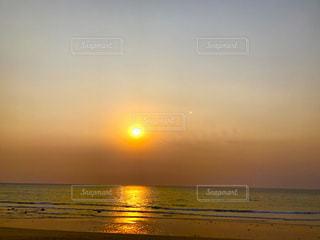ビーチに沈む夕日の写真・画像素材[750857]