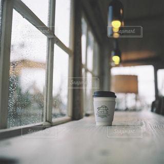 ガラス窓とコーヒーの写真・画像素材[743548]