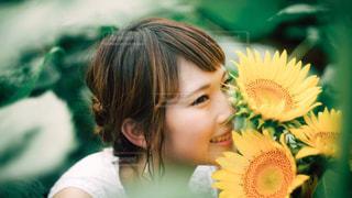 花を持っている人の写真・画像素材[874502]
