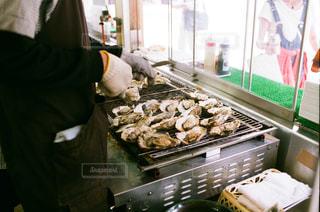 filmカメラで牡蠣の網焼き - No.743929