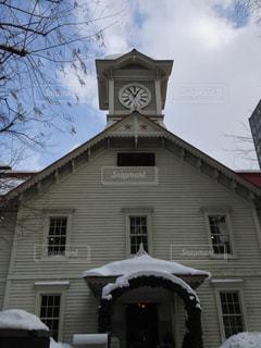 家の前に小さな時計塔の写真・画像素材[744666]