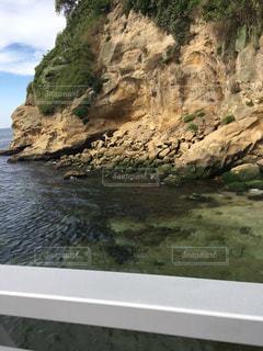 水の体の真ん中に岩の島の写真・画像素材[744234]