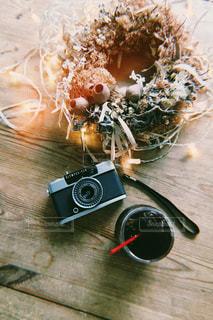 テーブルの上のカメラとコーヒーの写真・画像素材[1382816]