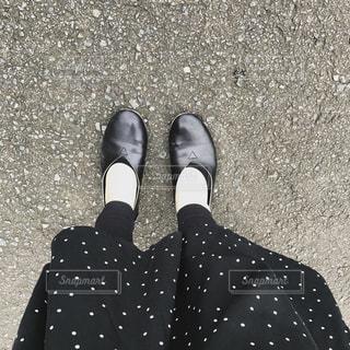 近くに青と黒の靴を履いて足のアップの写真・画像素材[744440]