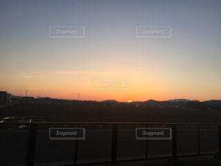 水の体に沈む夕日の写真・画像素材[744537]