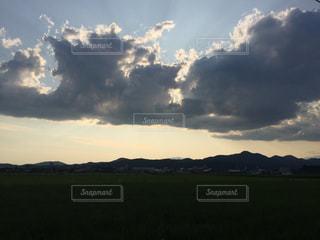 空の雲と大規模なグリーン フィールドの写真・画像素材[744573]