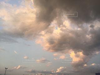 空には雲のグループの写真・画像素材[744586]