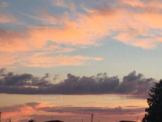 水の体に沈む夕日の写真・画像素材[744587]