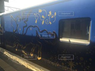 道の端に落書き電車の写真・画像素材[755125]
