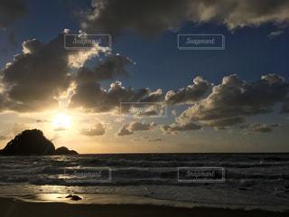 ビーチに沈む夕日の写真・画像素材[1398730]