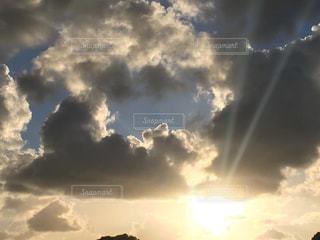 空には雲のグループの写真・画像素材[1398731]