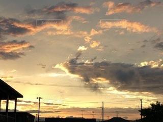 日没時の空の雲の群れの写真・画像素材[3375973]