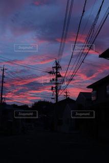 夕焼けの前の信号の写真・画像素材[2210297]