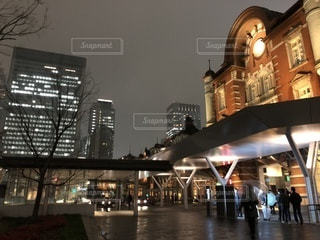 雨の日の夜の東京駅の写真・画像素材[1044747]