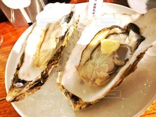大きな生牡蠣の写真・画像素材[1050933]