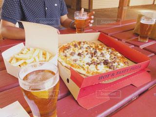 ビールとピザの写真・画像素材[2117946]