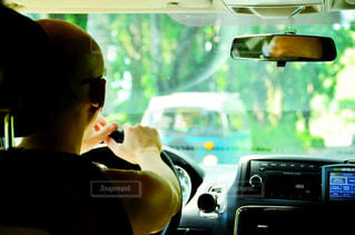 運転する男性の写真・画像素材[2397280]
