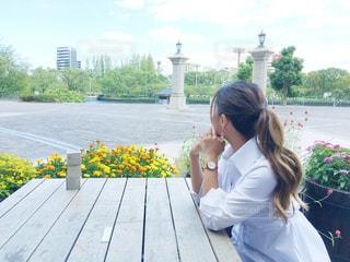 ベンチに座っている女性の写真・画像素材[2466976]