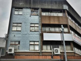 青と茶の建物の写真・画像素材[747225]