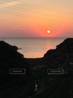 水の体に沈む夕日の写真・画像素材[746030]