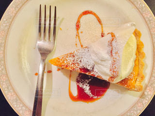 ナイフとフォークの白い皿の上のケーキの一部の写真・画像素材[746231]