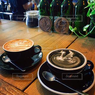 テーブルの上のコーヒー カップの写真・画像素材[1406468]