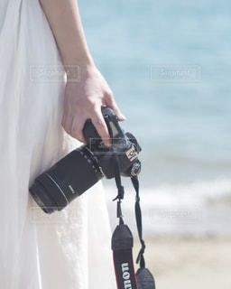 携帯電話を持っている人の写真・画像素材[812005]