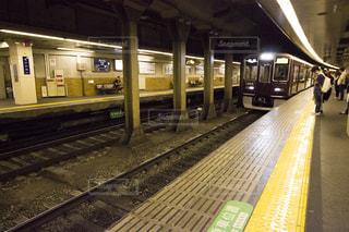 阪急の地下鉄のホームに電車が入って来たの写真・画像素材[747617]