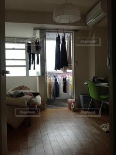 洗濯物が干してある一人暮らしのワンルームマンションの写真・画像素材[748421]