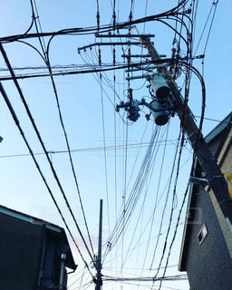 電線が張り巡らされた空の写真・画像素材[881449]