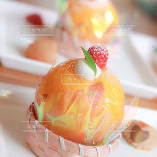 近くにケーキのアップの写真・画像素材[748237]