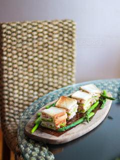 皿の上に半分に切ったサンドイッチの写真・画像素材[3140611]