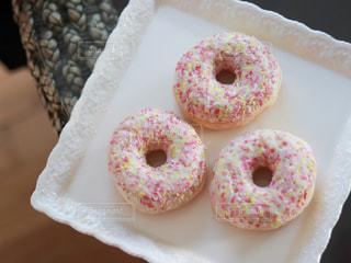 白いお皿にドーナツの写真・画像素材[3140685]