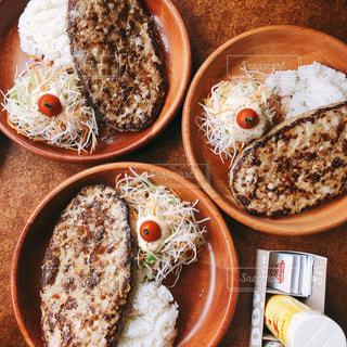 皿の上に異なる種類の食べ物で満たされたボウルの写真・画像素材[3140742]