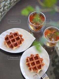食べ物の皿をテーブルの上に置くの写真・画像素材[3171504]