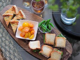 食べ物の皿をテーブルの上に置くの写真・画像素材[3190264]