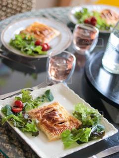 テーブルの上の食べ物の皿のクローズアップの写真・画像素材[3211775]