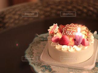 ろうそくに火がついたバースデーケーキの写真・画像素材[3391109]