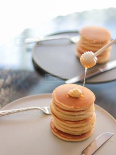 皿の上のケーキの片をクローズアップするの写真・画像素材[3574937]