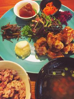 テーブルの上に食べ物のプレートの写真・画像素材[747248]