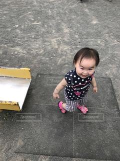 駐車場で座っている女の子の写真・画像素材[756925]