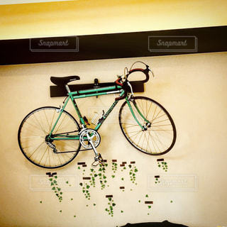 壁に掛かった自転車の写真・画像素材[755559]
