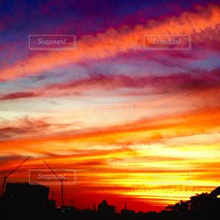 背景に色鮮やかな夕焼けの写真・画像素材[758244]