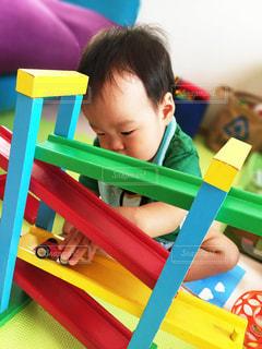 車のおもちゃで遊ぶ子供 - No.808592