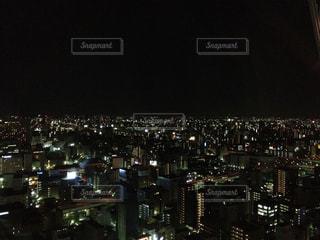 夜のライトアップされた街の写真・画像素材[1599825]