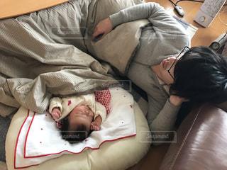 ベッドの上で横になっている人の写真・画像素材[753619]