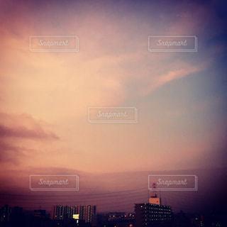 夕暮れ時の都市の景色の写真・画像素材[750166]